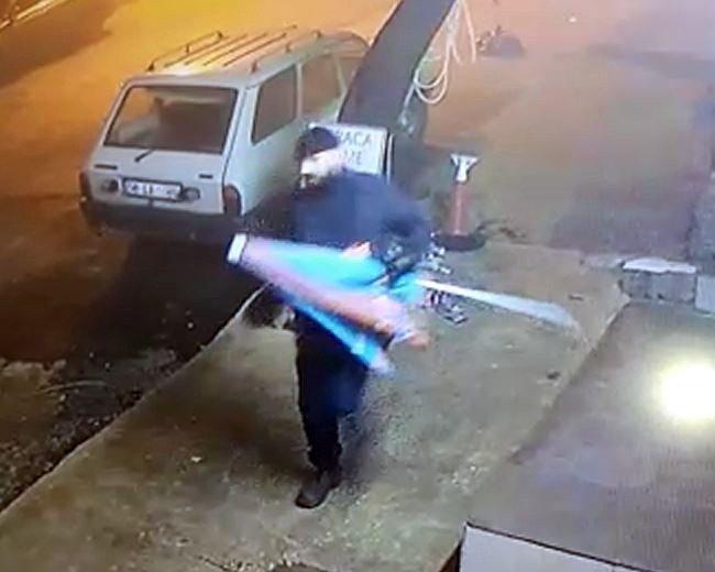 Şemsiyeyi Çalan Şahıs Kameraya Yakalandı