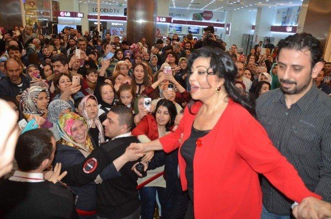 Türkan Şoray Canlı Söyledi, Hayranları Tempo Tuttu