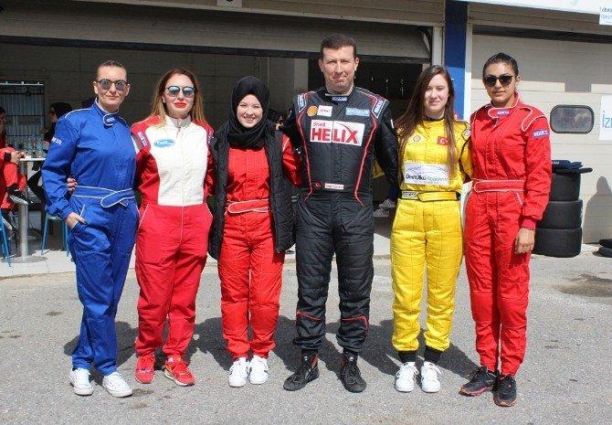 Kadınlardan Araba Yarışı