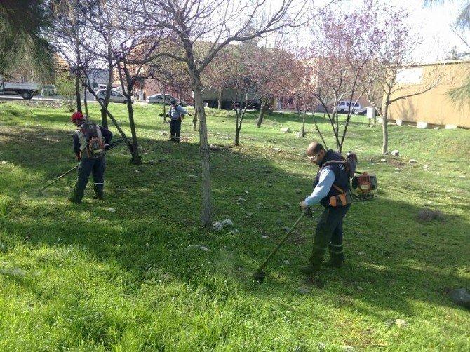 Yunusemre'deki Parklar Bakıma Alınıyor