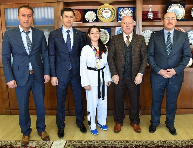 Sekmen, Avrupa Şampiyonu Yamanoğlu'nu Altınla Ödüllendirdi