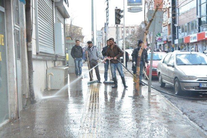 Ardahan Belediyesi Yol Ve Kaldırım Temizliği Devam Ediyor