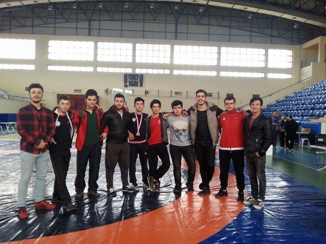Osmanelili İki Genç Güreşçi Türkiye Finallerine Katılmaya Hak Kazandı