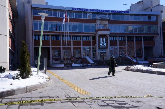 Erzurum Büyükşehir Belediyesi önünde şüpheli çanta paniği