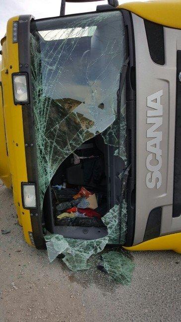Devrilen Tır'ın Sürücüsü Yaralandı, Malzemeler Yola Savruldu
