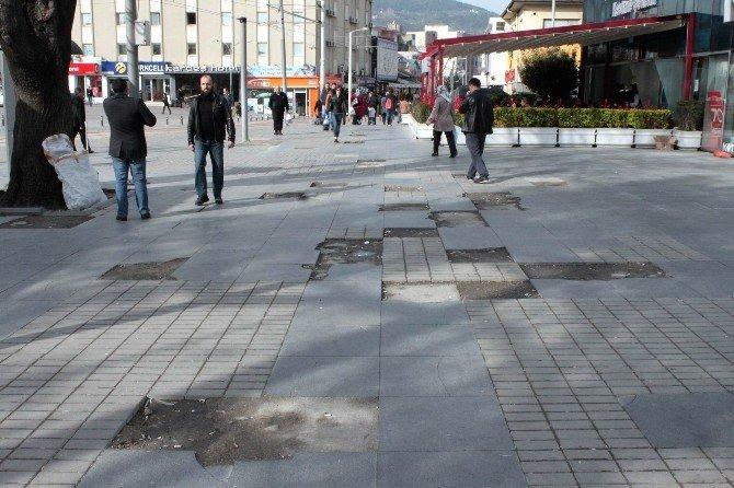 Kent Meydanı'ndaki Kaldırımların Hali İçler Acısı