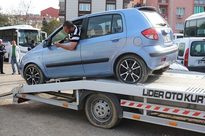 Manisa'da 15 Aracın Lastiğini Kestiler