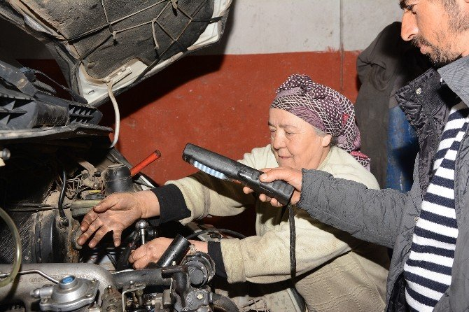 24 Yıldır Motor Tamirciliği Yapan 50 Yaşındaki Kadın Herkesi Şaşırtıyor