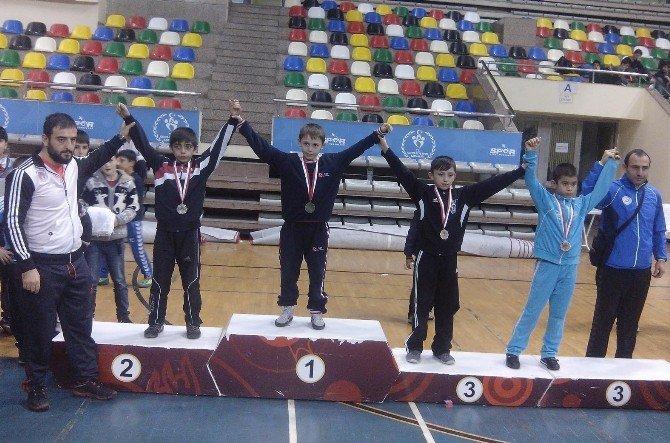 İBB'nin Minik Serbest Güreşçileri Şampiyon Oldu