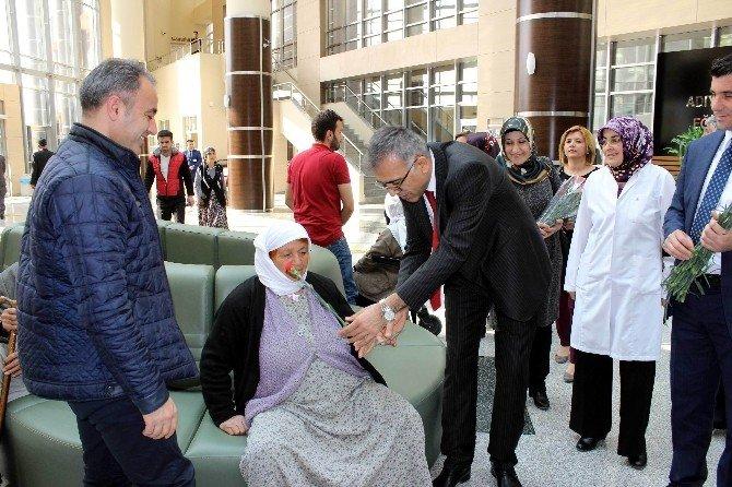 Hastanedeki Kadınlara Karanfil Dağıtıldı