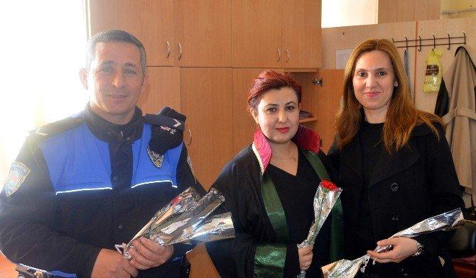 Polisler 8 Mart'ta Kadınları Unutmadı