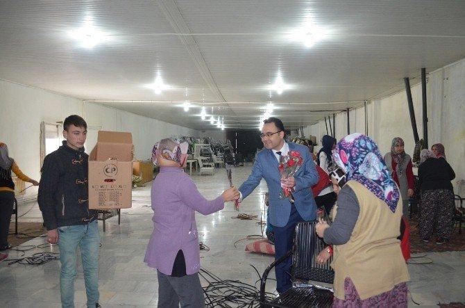 AK Parti Kula İlçe Başkanı Palabıyık Gül Dağıttı