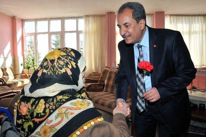 Başkan Akkaya'dan Kadınlara Çiçek