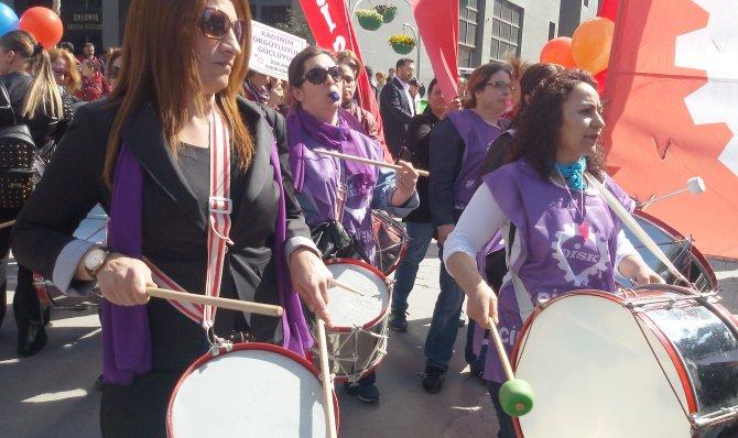 Kadınlar 8 Mart'ı davul ve düdükler çalarak kutladı