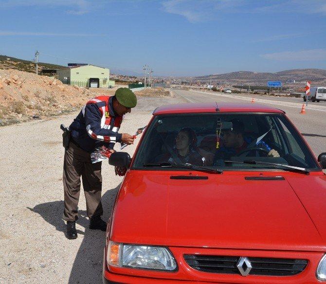 Korkuteli'de Jandarma'dan Kadınlara Karanfil