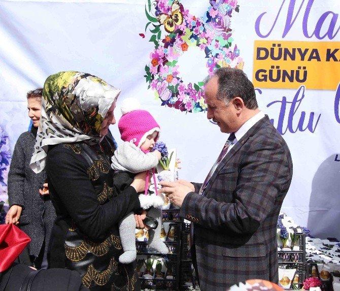 Bağcılar'da Kadınlara 10 Bin Sümbül Dağıtıldı