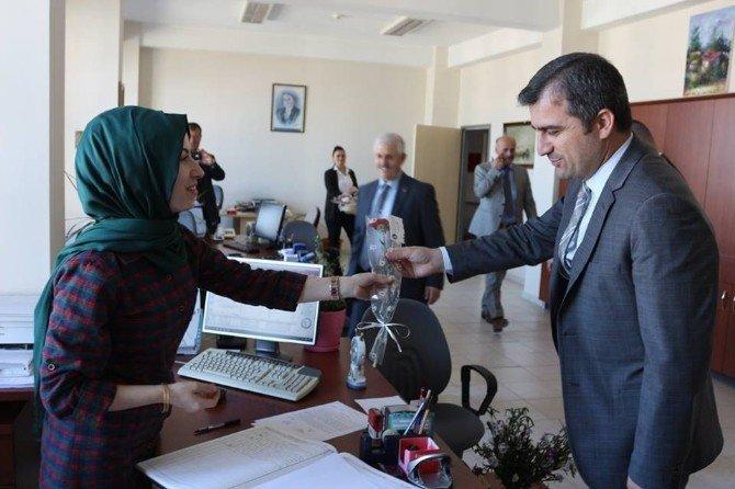 Başkan Cüneyt Yemenici Bayan Personelinin Kadınlar Gününü Kutladı