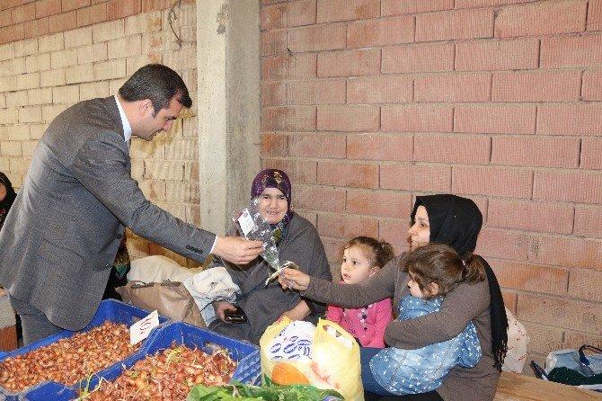 Başkan Yemenici 3 Bin Karanfil Dağıttı