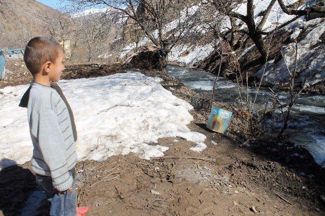 Suya Kapılan Çocuk Hayatını Kaybetti