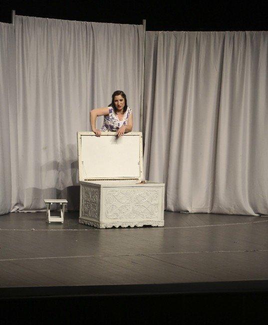 """""""Bir Kadın Uyanıyor"""" Maltepe'de Sahnelendi"""