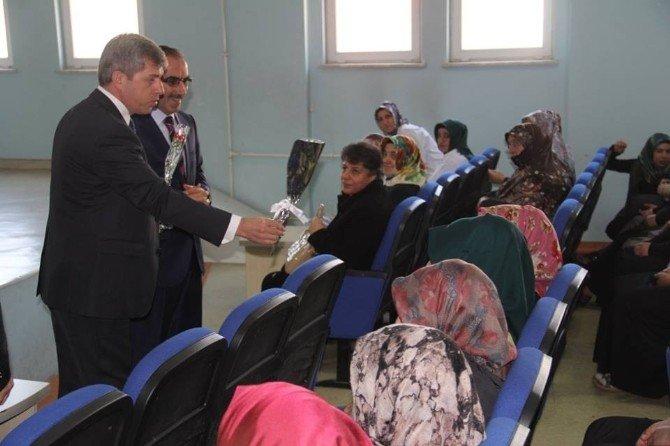 Vali Çınar'dan Kadınlara Karanfil