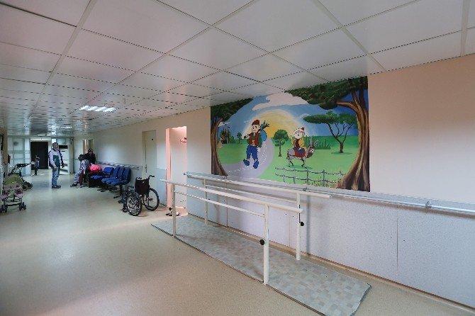 Hastane Koridorları Sanat Sokağına Dönüştü