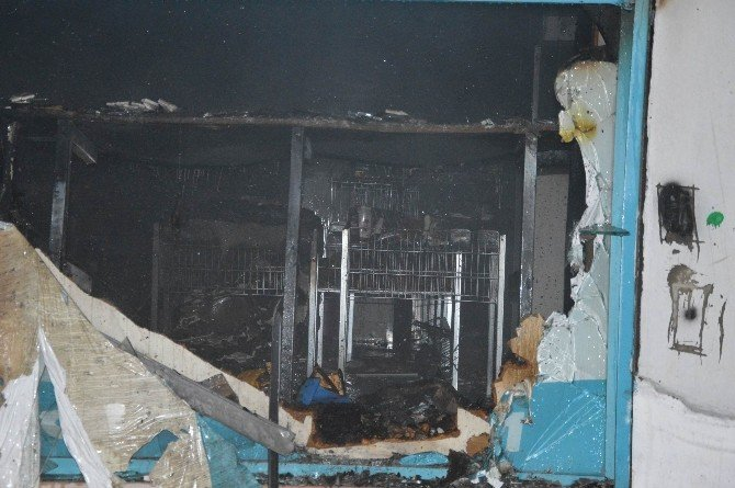 İçeride Müşterilerin Olduğu Markete Molotoflu Saldırı