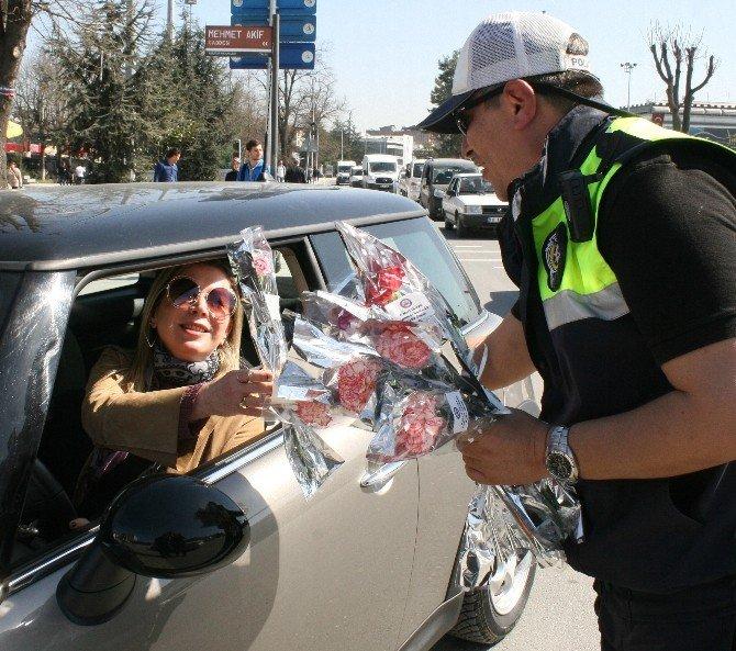 Polis Ekipleri Kadın Sürücülere Ceza Yerine Çiçek Verdi