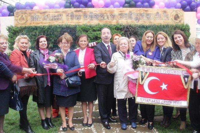 Kadınlar 8 Mart'ta Atatürk Anıtı'na Çelenk Sundu