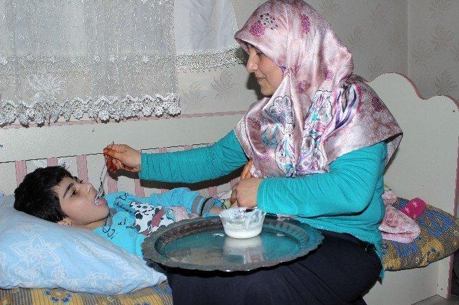 Örnek Çift, Engelli İki Kızına Bebek Gibi Bakıyor