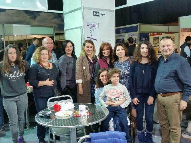 Begüm Uysal İstanbul'da İmza Gününe Katıldı