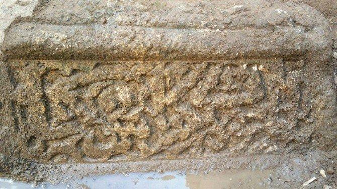 Evin Bahçesinde İslami Dönemin En Eski Mezarlarından Biri Bulundu