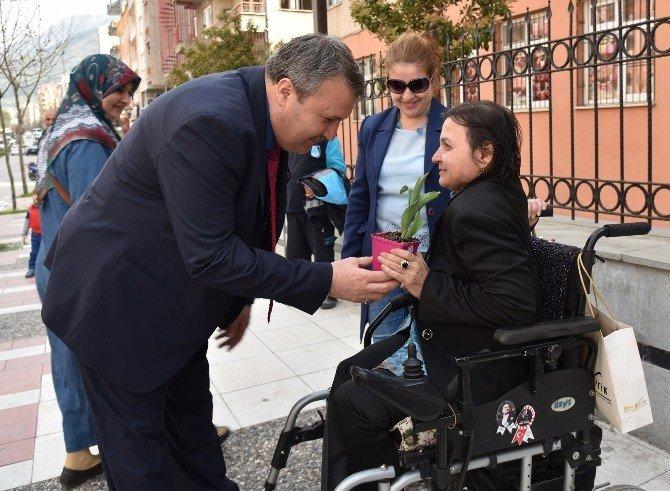 Başkan Çerçi'den Kadınlara Çiçekli Kutlama