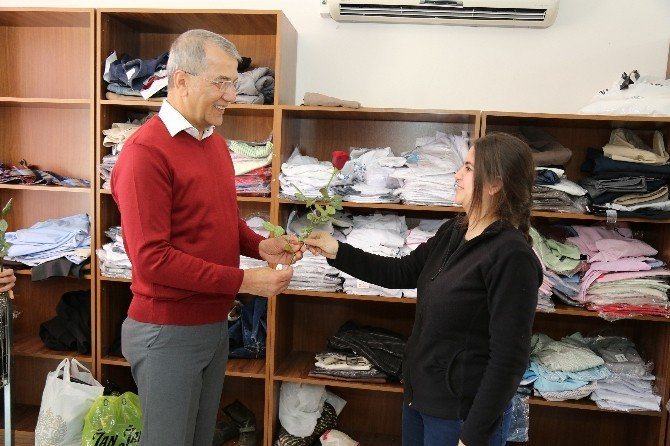 Başkan Tarhan'dan Belediyenin Kadın Çalışanlara Gül