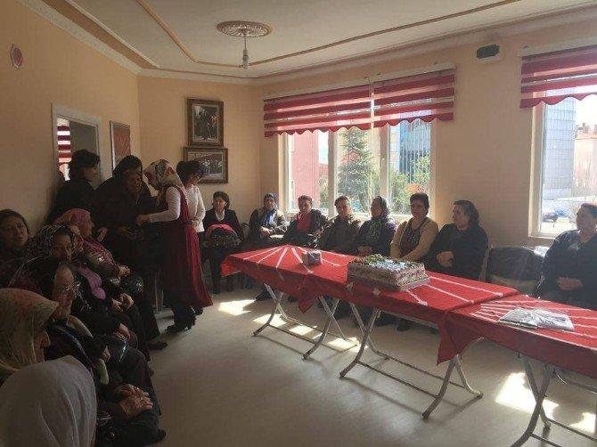 CHP'liler Sungurlu'da Kadınlara Karanfil Dağıttı