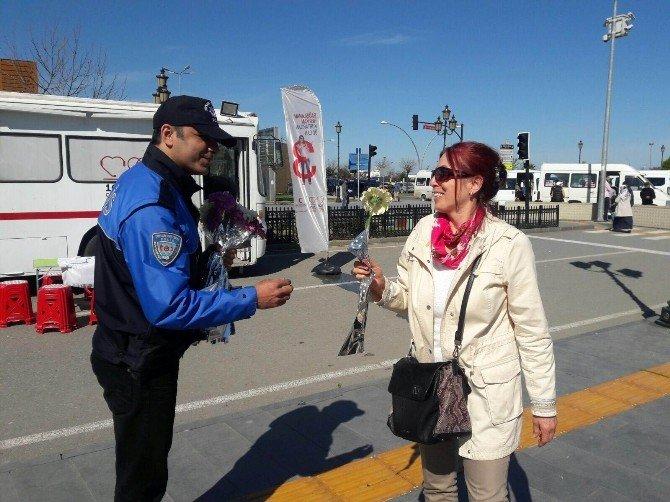 Polislerden Kadınlara Çiçek