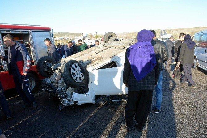 Siverek'te Yolcu Servisiyle Otomobil Çarpıştı: 9 Yaralı