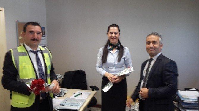 Havalimanı'nda Çalışan Kadınlara Karanfil