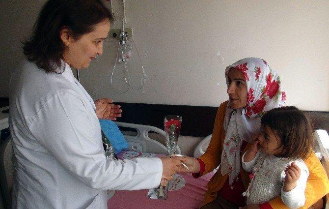 Tatvan'daki Hastalar Çiçeklerle Karşılandılar