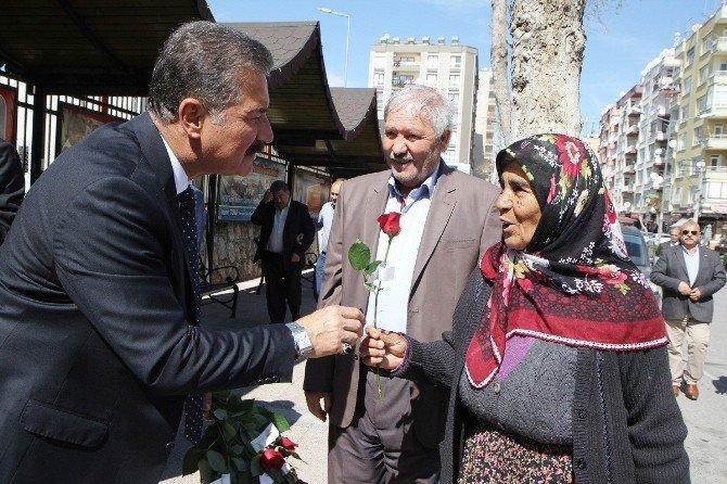 Başkan Tuna, Kadınlara Gül Dağıttı
