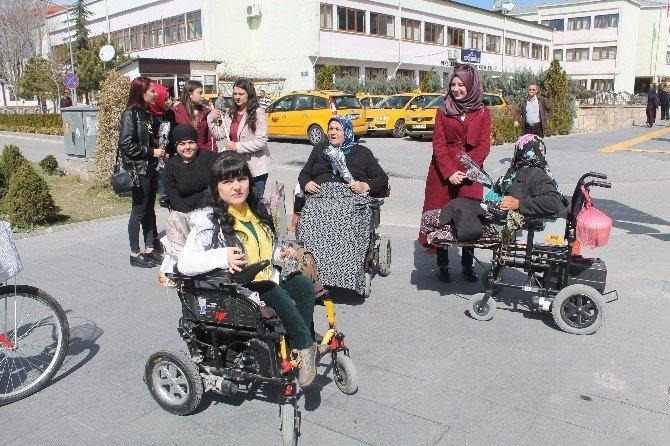 Engelli Kadınlar, Niğdeli Kadınlara Karanfil Hediye Etti