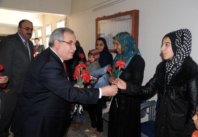 Bilecik Valisi Ahmet Hamdi Nayir'den Çalışan Kadınlara Karanfil