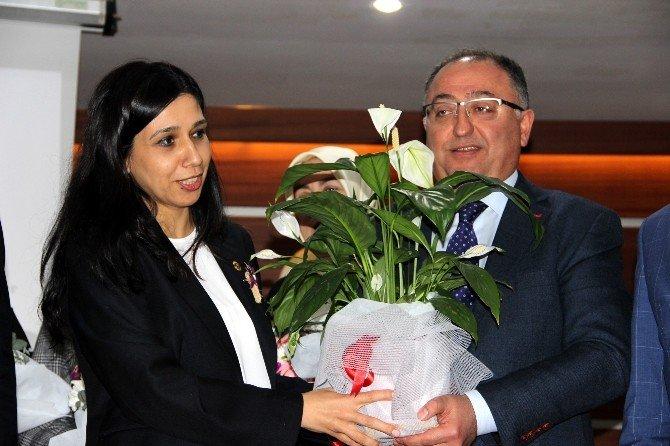 Yalova'da Bayan Meclis Üyelerine Çiçek