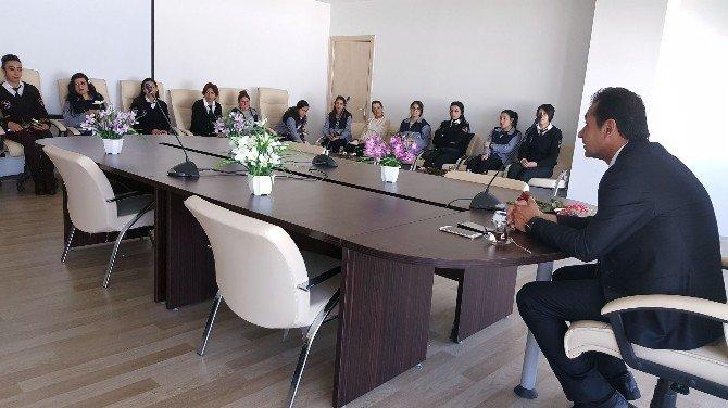 Yüksekova Havalimanı Müdürü Kadın Çalışanlarına Gül Verdi