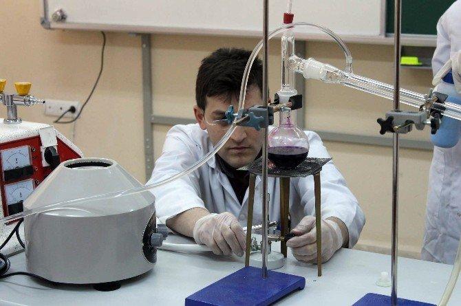Kız Öğrenciler Fıstıklı Parfüm Üretti