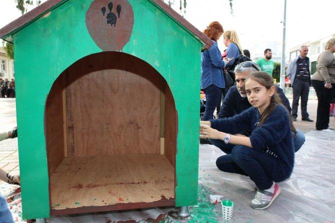 Aileler, kedi, köpek ve kuşlar için kuş evi boyaması yaptı