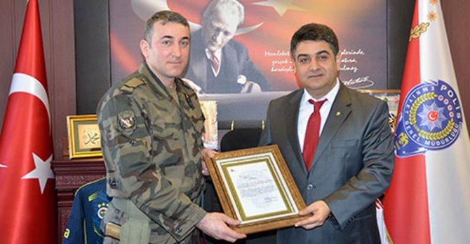 Gazi polise teşekkür belgesi verildi