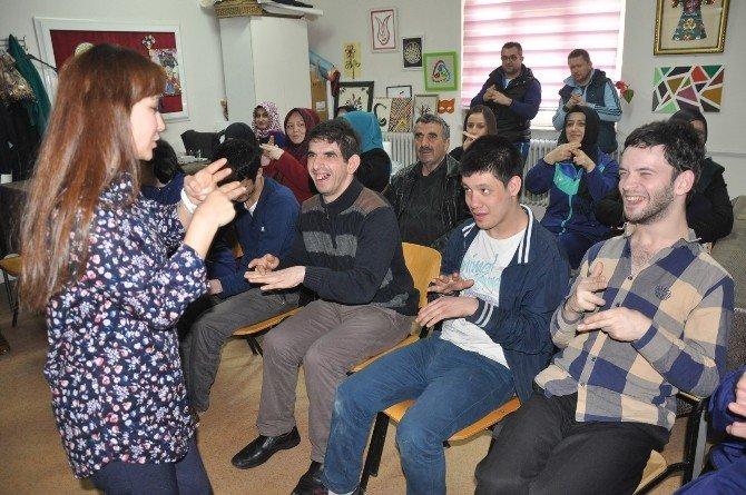 Engelli Çocuklar İle Anneleri Ve Öğretmenleri İşaret Dili Öğreniyor