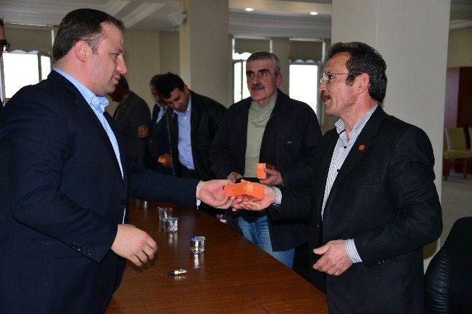 Erbaa Belediyesi Muhtarlara Telefon Hediye Etti