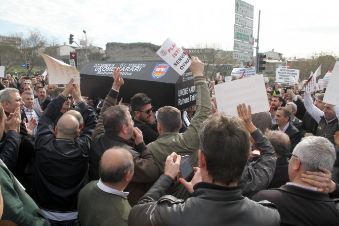 Servisçilerden kırmızı kartlı protesto
